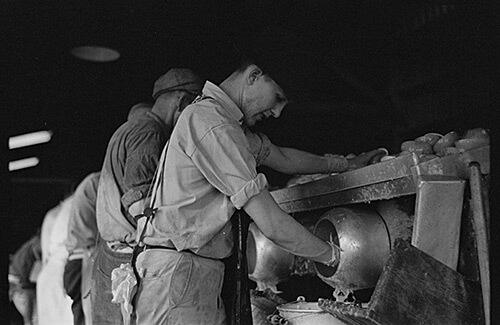 Arthur Rothstein. Juicers in the grapefruit canning plant at Winter Haven, Florida. Many of these men are migrants, January 1937. Library of Congress Prints and Photographs Division, FSA/OWI Black & White Negatives Collection, LC-USF33-002370-M2.
