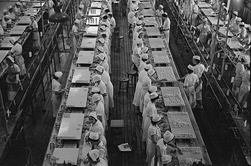 Arthur Rothstein. At work in the grapefruit canning plant at Winter Haven, Florida, January 1937. Library of Congress Prints and Photographs Division, FSA/OWI Black & White Negatives Collection, LC-USF33- 002368-M1.