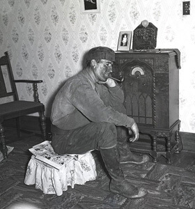 Marion Post Wolcott, A coal miner listens to his radio, 1938.
