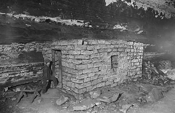 C. Frank Dunn, Consumptive Hut, Edmonson County, Kentucky, 1900-1954. Courtesy, Kentucky Historical Society.
