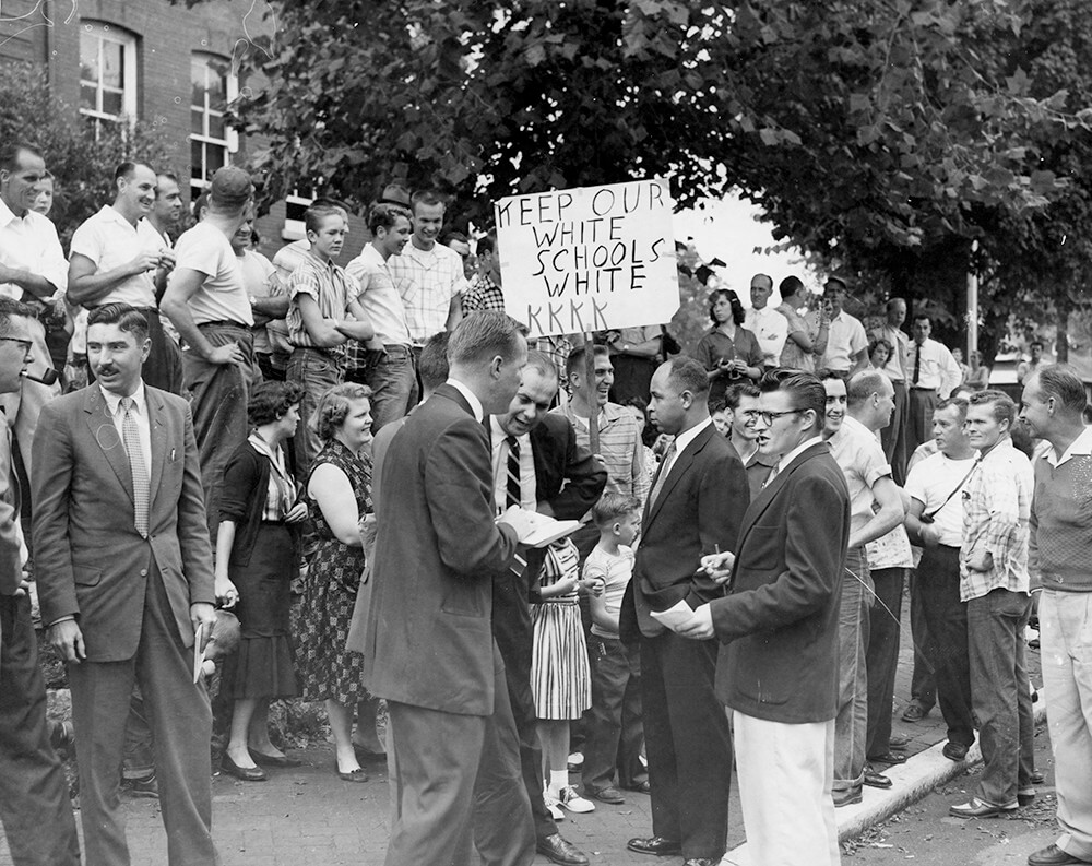 Protesters, reporters, and plainclothes police in front of Glenn Elementary, Nashville, TN, September 1957. © Nashville Public Library.​​
