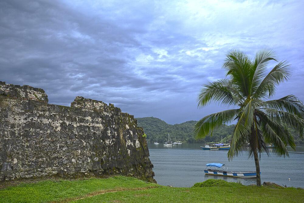 Wall of the Santiago de la Gloria Battery overlooking the Bay of Portobelo, Panama. Photograph by Wikimedia Commons user Gualberto 107. Courtesy of Gualberto107. CC BY-SA 3.0.