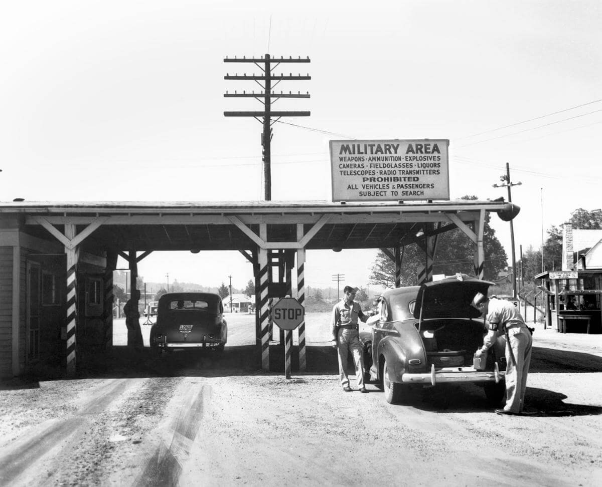 Elza gate entrance to Clinton Engineering Works, Oak Ridge, TN, ca. 1945. Photo by Ed Westcott. Courtesy of Wikimedia Commons. Image is in public domain.