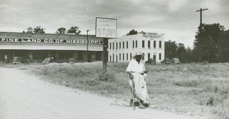 Company stores and offices and clinic of Delta Pine Company, Cotton Plantation, Scott, Mississippi Delta, Mississippi, October 1939. Photograph by Marion Post Wolcott. Courtesy of The New York Public Library, Schomburg Center for Research in Black Culture, Photographs and Prints Division, digitalcollections.nypl.org/items/510d47df-f8d7-a3d9-e040-e00a18064a99.